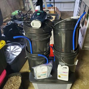 4 Bucket Hydroponic Setup w/ Tent and Lights for Sale in Chicago Heights, IL