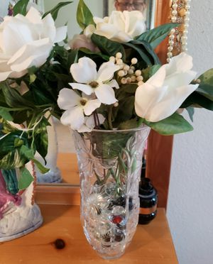 Crystal vase w/artificial flowers for Sale in Austin, TX