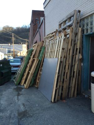 Free large pallets mostly oak for Sale in Pittsburgh, PA