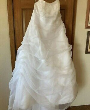 👰 👰👰 PLUS SIZE WEDDING DRESS 👰👰👰 ( NOT FREE SEND ME YOUR BEST OFFER ) for Sale in Highland, CA