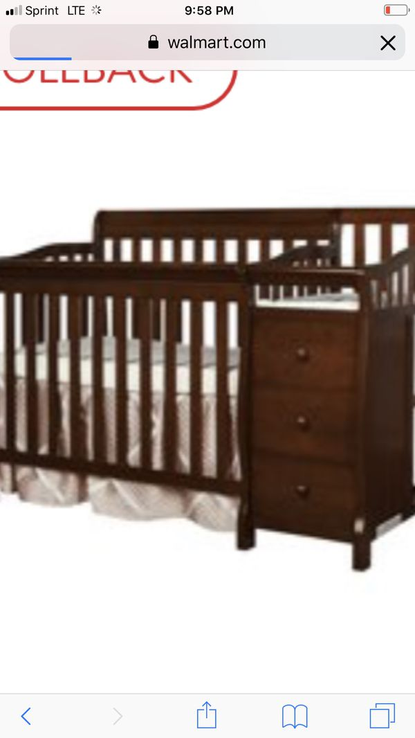 Wooden crib baby girl beautiful almost like new would go with car seat for 130$ both