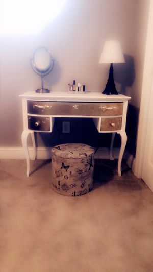 Vanity makeup dressing table for Sale in Chalmette, LA
