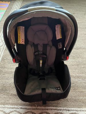 Graco Infant 4 pound car seat and base for Sale in Nolanville, TX