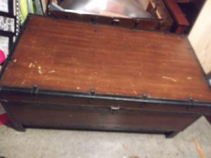 VERY LARGE VINTAGE BROWN WOODEN CHEST. for Sale in Reynoldsburg, OH