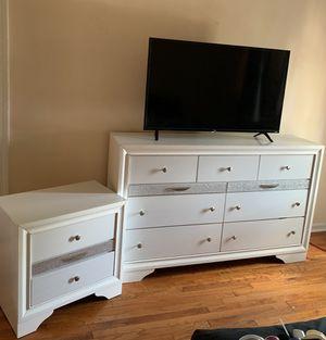 Dos gavetero y el tv for Sale in Hartford, CT