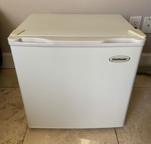 Chefmate Electric Mini-Fridge 1.7 CuFt 48L 2 Shelf Refrigerator AC 110V 60 Hz 70w Model BC-50A Excellent Working Order for Sale in San Diego, CA
