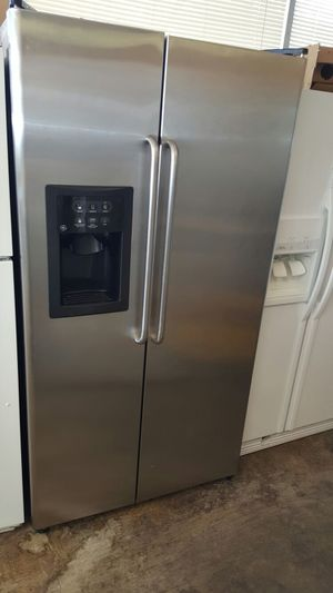 GE PROFILE STAINLESS STEEL SIDE BY SIDE FRIDGE WATER AND ICE ON DOOR for Sale in Lorton, VA