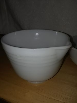 PYREX white bowl with spout excellent condition for Sale in Hesperia, CA