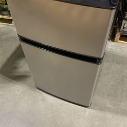 Frigidaire Mini Compact Fridge for Sale in Evanston,  IL