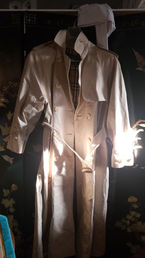 BURBERRY COAT SIZE MEDIUM FOR MEN FOR WOMEN LARGE for Sale in Pico Rivera, CA