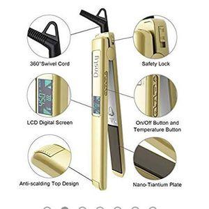 💖👀💗professional titanium hair straightene for Sale in Aurora, CO
