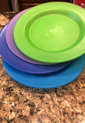 Free- 9 plastic plates for Sale in Ontario, NY
