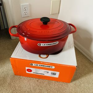 Le Creuset new red oval 29 or 31 for Sale in Bellevue, WA