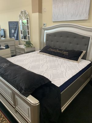 Queen bed room set on sale ( includes queen bed frame, dresser, mirror and 1 night stand for Sale in Federal Way, WA