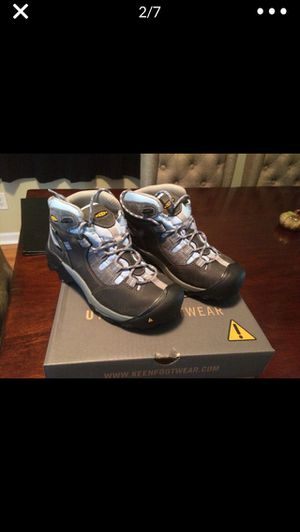 Keen women's hiking boots new sz 7Wide for Sale in Lombard, IL