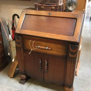 Small vintage oak desk with key for Sale in Goodyear, AZ