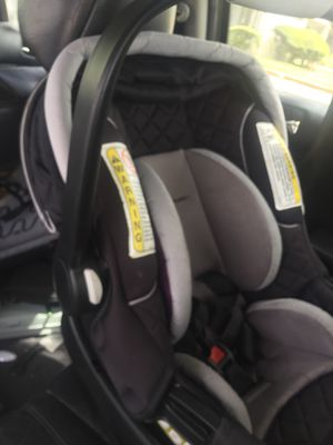 Car seat w base for Sale in Winter Haven, FL