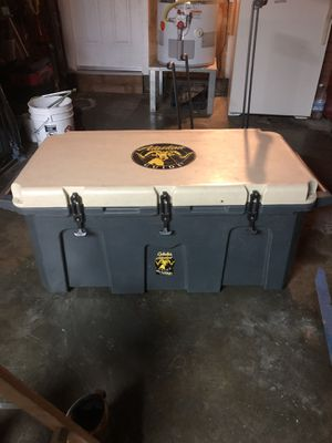 150 qt Grizzly cooler for Sale in Vacaville, CA