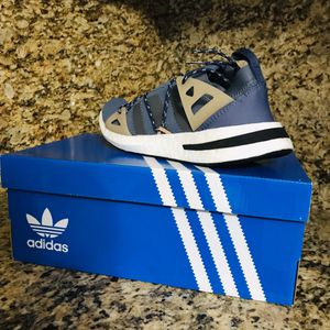 Women's adidas shoes size 8.5 for Sale in Hialeah, FL