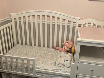Crib With Toddler Bed Conversion and Changing table for Sale in Tampa,  FL