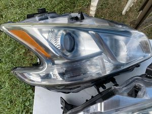 09 - 14 Nissan Maxima headlight (It does Not come with bulb lights) for Sale in Mechanicsburg, PA
