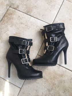 Adorable Vera Wang Leather Boots Sz 8 for Sale in Erial,  NJ
