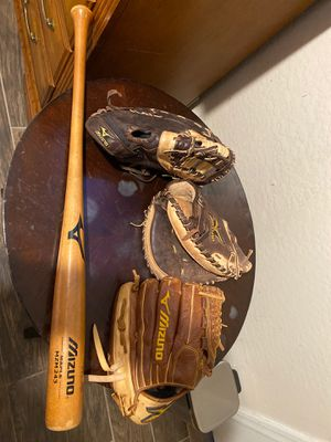 Baseball gloves/bat for Sale in Tolleson, AZ