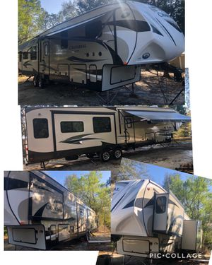2016 Coachmen chaparral 5th wheel / gooseneck adapter 2 bedroom EXCELLENT SHAPE $43,000 for Sale in Branford, FL