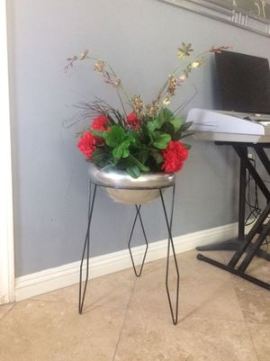 Stand and flower pot. for Sale in Las Vegas, NV