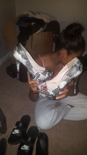 size 9 heel with newspaper pint in black white red for Sale in Fayetteville, NC