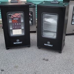 """Masterbuilt 40"""" Electric Smoker for Sale in East Point, GA"""