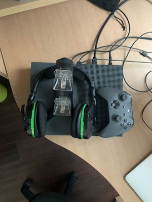 Xbox 1 S with controller, wireless turtle beach headphones, and charging station for Sale in Newhall, CA