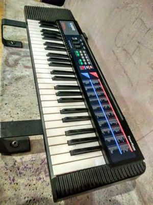 Keyboard / Synthesizer Built-In Speakers With Power Supply and Batteries in Excellent Condition for Sale in Los Angeles, CA