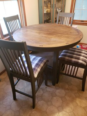 Beautiful Pub Style Table with Butterfly Leaf for Sale in Copan, OK
