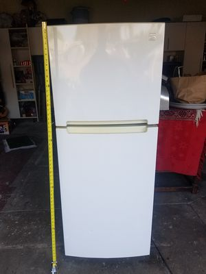 FRIDGE IN EXCELLENT WORKING CONDITION for Sale in Montebello, CA