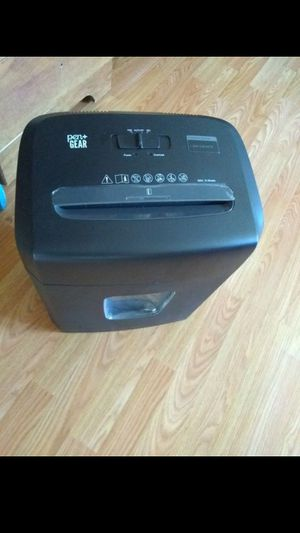 Fellowes ir Shredder, 9 Syheet Capacity. Good condition for Sale in Windsor Hills, CA