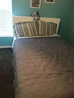 Full size bed and small dresser for Sale in Zephyrhills, FL
