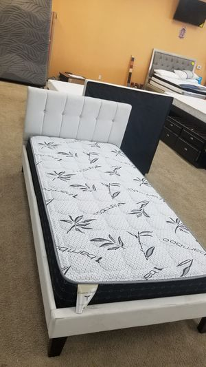 twin bed with mattress /floor model 0RZD for Sale in Pomona, CA