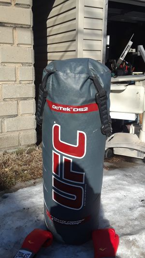 UFC heavy bag with 2 Everlast gloves. Great condition. for Sale in Cleveland, OH