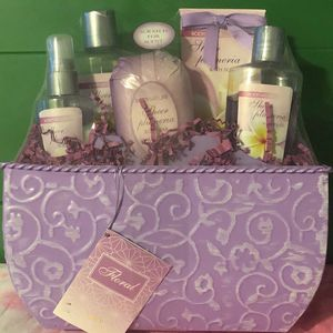 Body nature floral bath gift set new for Sale in Riverside, CA