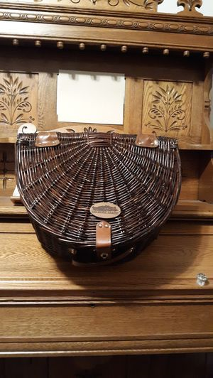 HICKORY FARMS PICNIC BASKET/ UTENSILS for Sale in Lynchburg, VA