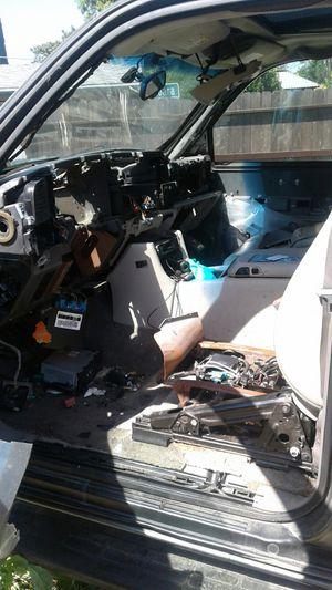 2001 Chevrolet suburban 4×4 for Sale in Fresno, CA