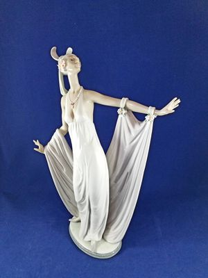 GORGEOUS RETIRED LLADRO FIGURINES 13 INCHES TALL for Sale in Los Angeles, CA