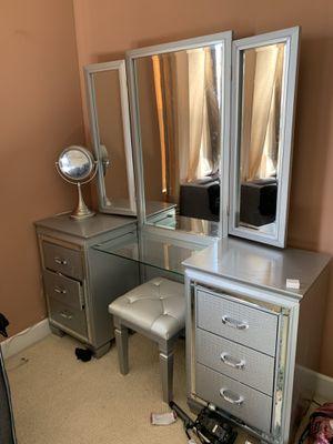 Vanity makeup desk for Sale in San Jose, CA