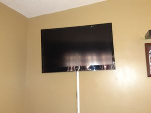 50 inch Lg TV with Wall Mount and Roku for Sale in Gardena, CA