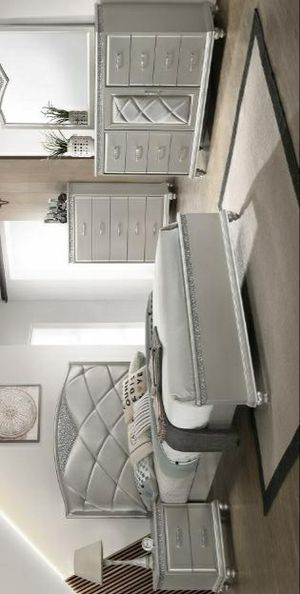 Valiant Champagne Panel Bedroom Set for Sale in Pflugerville, TX