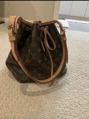 Authentic Louis Vuitton Petit Noe bucket purse(very new and clean with no damages!) for Sale in Irvine, CA
