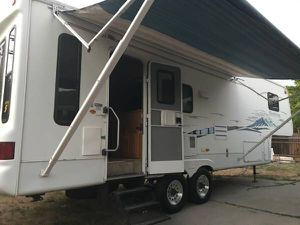 2004 FIFTH WHEEL TRAVEL TRAILER DOUBLE SLIDEOUTS 29FT for Sale in Sacramento, CA
