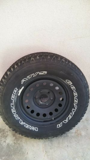 WRANGLER TIRE N0 MILES SIZE IS P265/70R17 for Sale in Fresno, CA