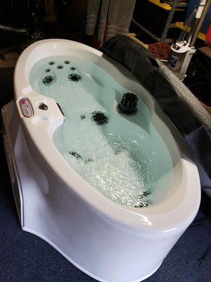 Tubiliscious 2 man hot tub for Sale in Auburn, WA
